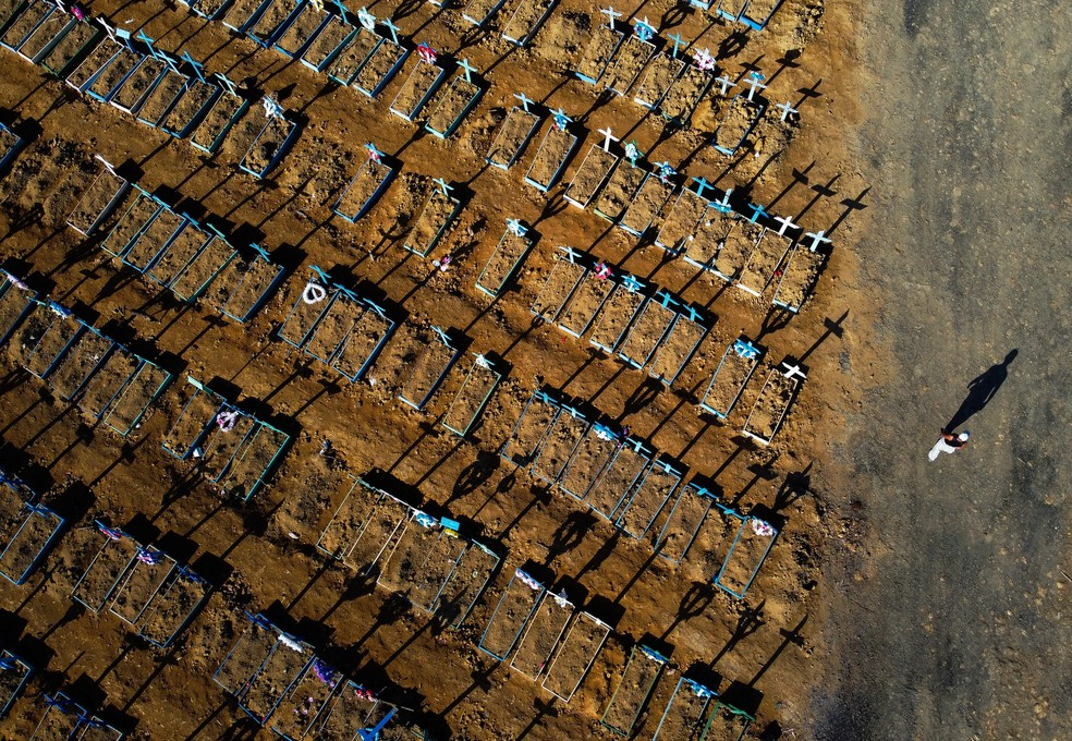 21 de junho: foto mostra vista aérea do cemitério Nossa Senhora Aparecida em Manaus, no Amazonas. — Foto: Michael Dantas/AFP