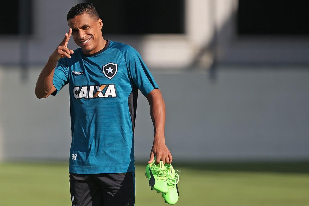 Arnaldo vem se destacando e revela desejo de seguir no Botafogo (Foto: Vitor Silva/SSPress/Botafogo)