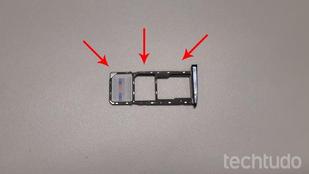 Coloque o chip na bandeja do Moto G6 como na imagem (Foto: Bruno De Blasi/TechTudo)