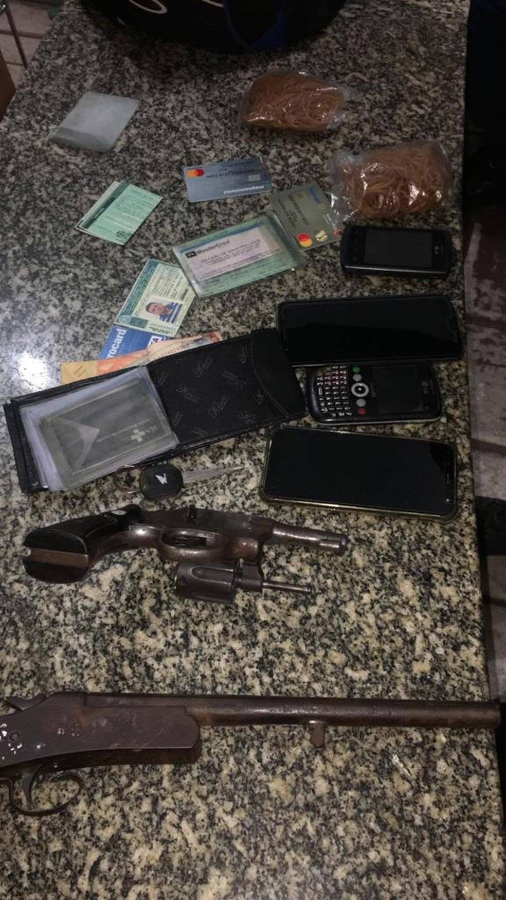 Armas e objetos roubados foram apreendidos com homem que morreu em confronto com a PM em Tibau, RN — Foto: Divulgação