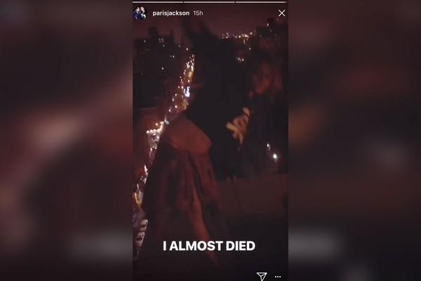 A filha de Michael Jackson, Paris Jackson, tentando se equilibrar no parapeito de um prédio em Nova York (Foto: Instagram)