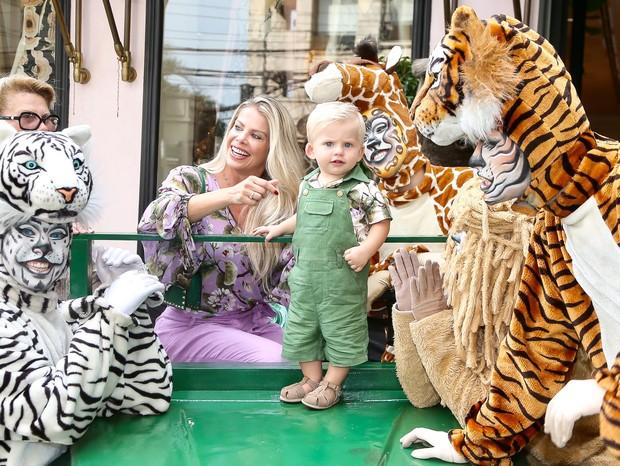 Enrico Bacchi rouba a cena em evento com Karina e Nádia Bacchi (Foto: Manuela Scarpa/Brazil News)