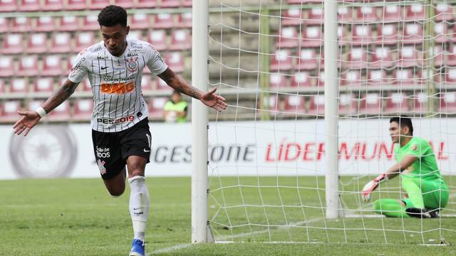 Júnior Urso comemora o gol do Corinthians