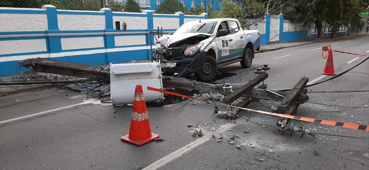 Carro derruba poste e trecho da Avenida Rui Barbosa é interditado