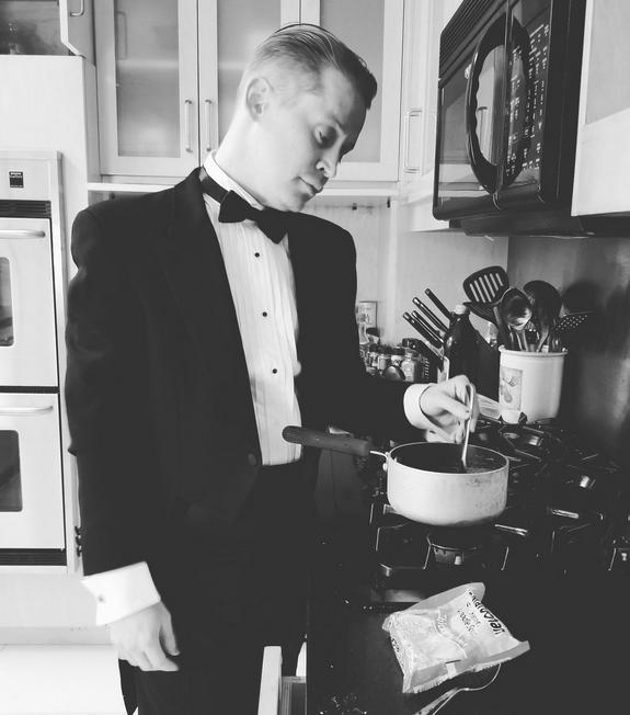 O ator Macaulay Culkin cozinhando enquanto ocorria o Oscar 2018 (Foto: Twitter)