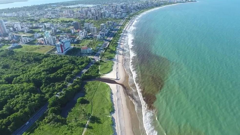 Coloração escura da água do maceió se espalhou pela praia de Intermares, em Cabedelo, PB — Foto: Julius Guimarães/Arquivo Pessoal