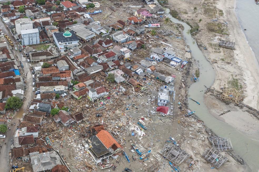 Vista aérea da aldeia de Sumur, em Pandeglang, após tsunami na Indonésia — Foto: Antara Foto/Muhammad Adimaja/via REUTERS