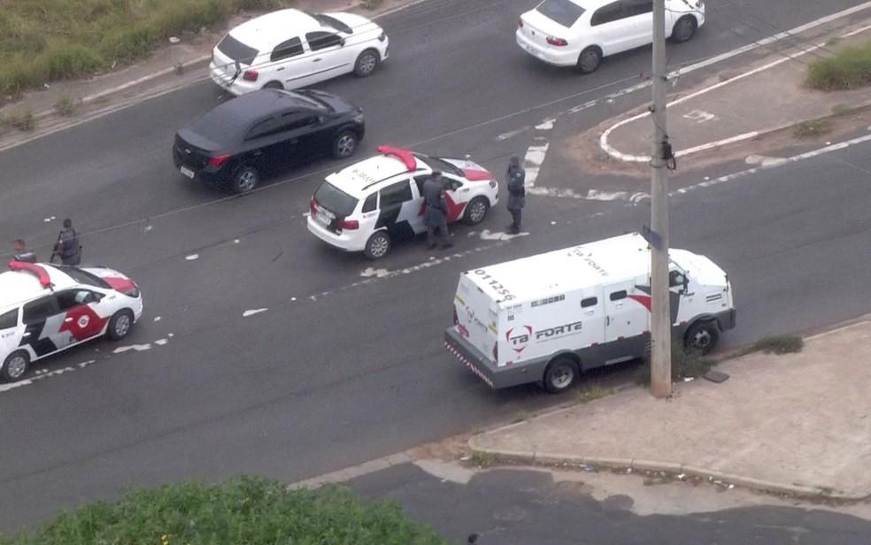 Carro-forte atacado por criminosos em tentativa de assalto (Foto: Reprodução/TV Globo)