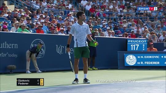 Djokovic leva violação de tempo na partida contra Federer em Cincinnati