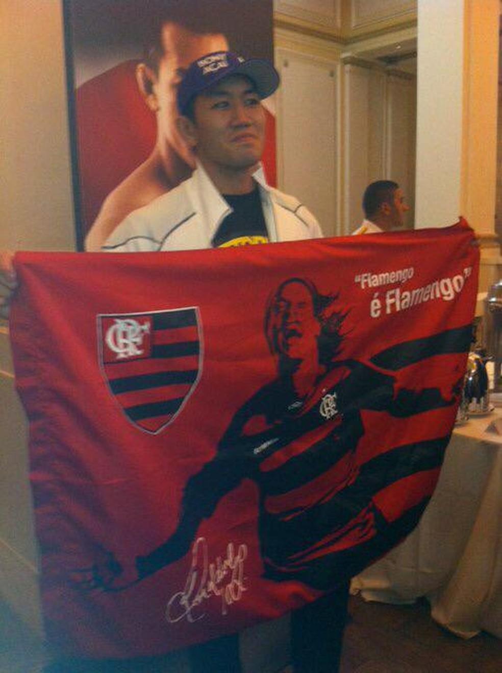 Yushin Okami posou com a bandeira do Flamengo na semana da luta no Rio — Foto: Ana Hissa