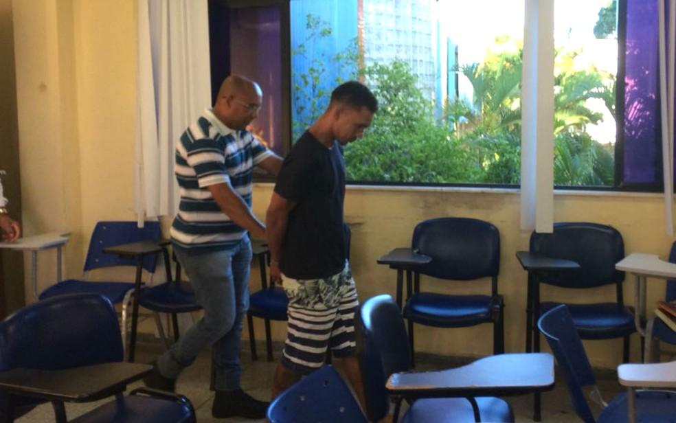 Suspeito foi preso logo após agredir companheira com 17 facadas dentro de hospital (Foto: Alan Alves/G1)
