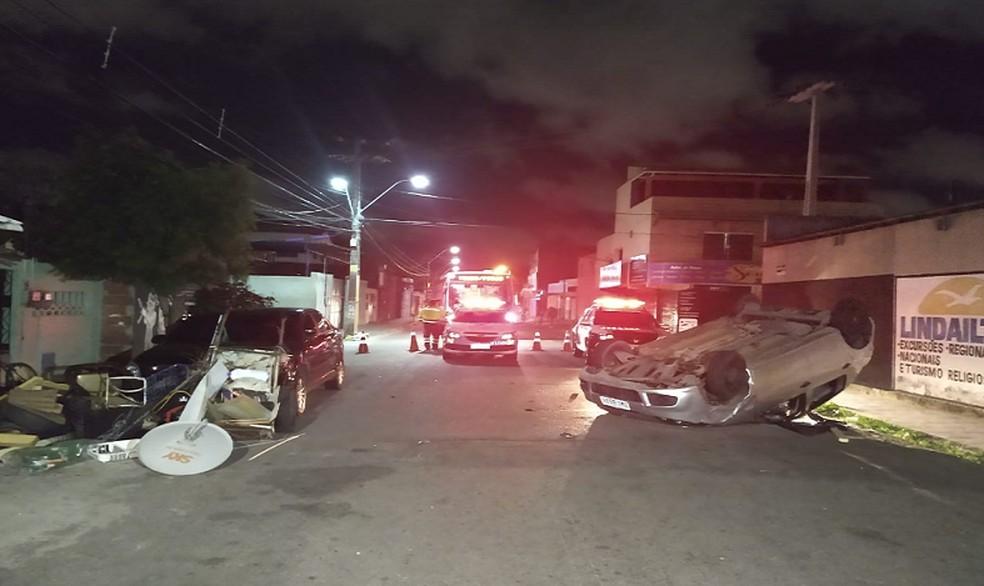 """Os moradores deram um calção para o motorista """"despido"""" vestir. Em seguida, ele fugiu. — Foto: Leábem Monteiro/TV Diário"""
