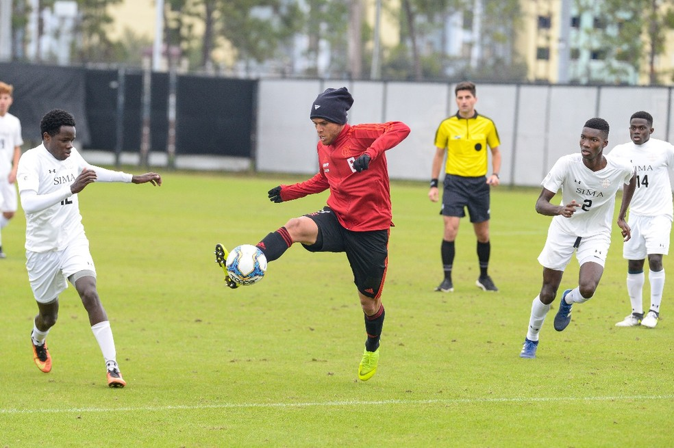 Cuellar durante o jogo-treino, disputado a uma temperatura de cerca de 11 graus — Foto: Alexandre Vidal/Flamengo