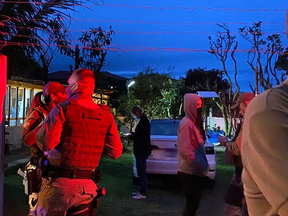 Polícia Militar em atendimento a crime no bairro Ingleses, em Florianópolis — Foto: Anaísa Catucci/G1