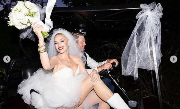 A cantora Gwen Stefani com um dos looks usados por ela em sua cerimônia de casamento com o astro country Blake Shelton (Foto: Instagram)
