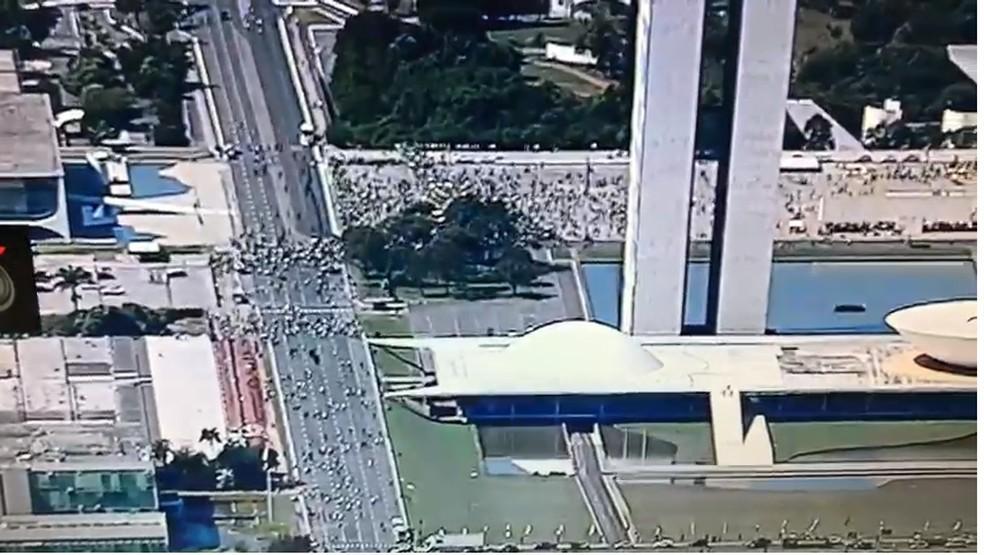 Imagem aérea da Praça dos Três Poderes durante o protesto pró-governo Bolsonaro — Foto: Reprodução