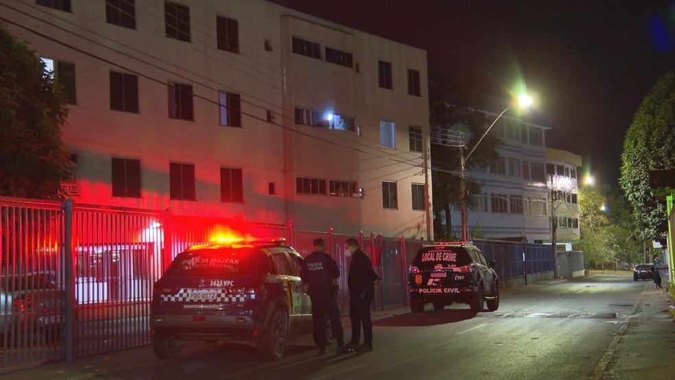 Mulher é suspeita de matar namorado com facada no peito e alega legítima defesa, no Lúcio Costa (DF) — Foto: TV Globo/Reprodução