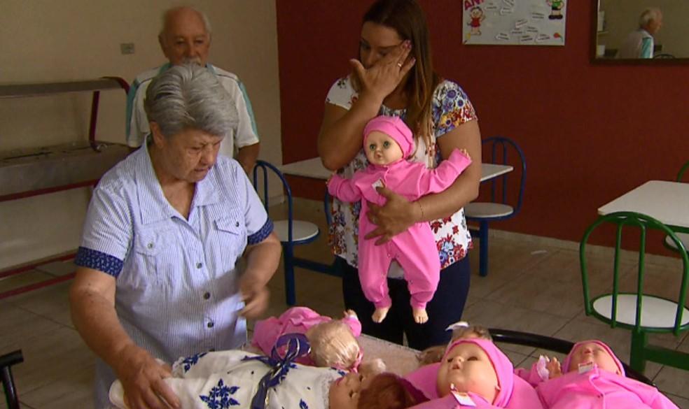 Casal doou 7 bonecas para creche em Descalvado (Foto: Reprodução/EPTV)
