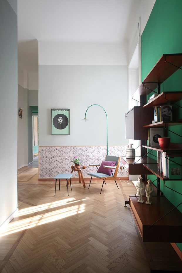 Décor do dia: sala com parede verde e papel de parede (Foto: CAROLA RIPAMONTI/DIVULGAÇÃO)