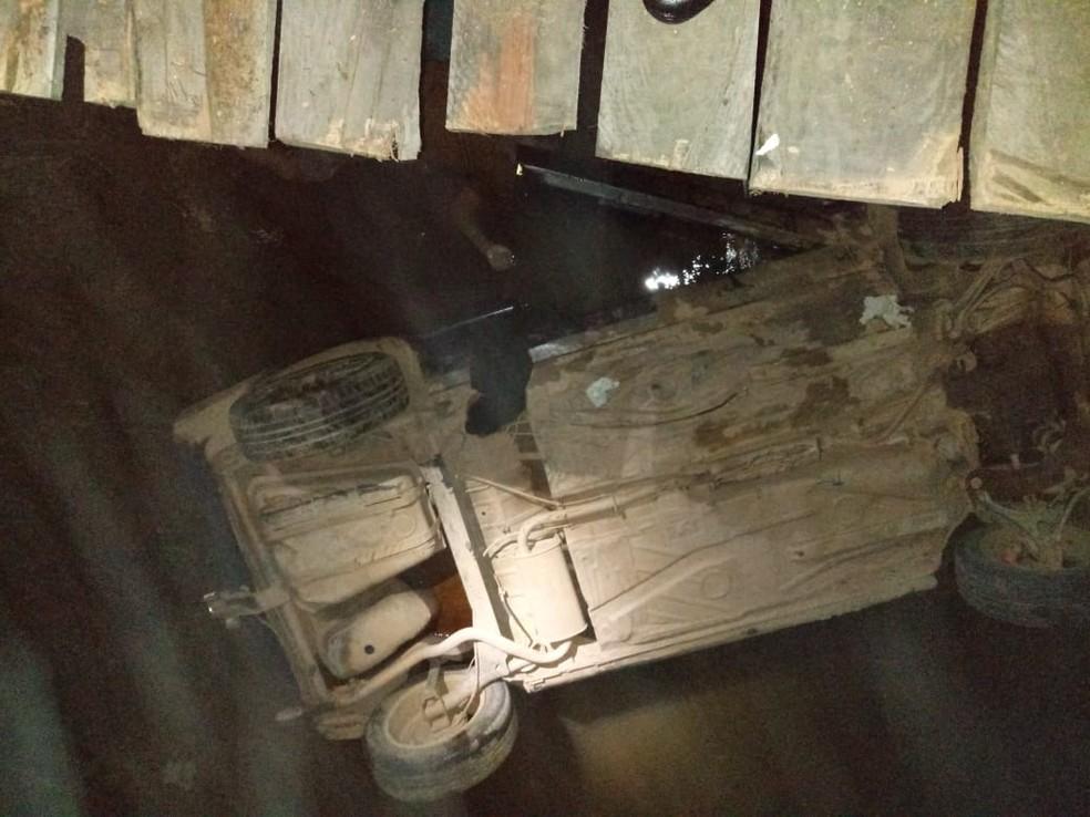 Após carro cair de ponte em Teófilo Otoni, duas vítimas morreram afogadas e terceira conseguiu sair do veículo e aguardar socorro (Foto: Corpo de Bombeiros/Divulgação)