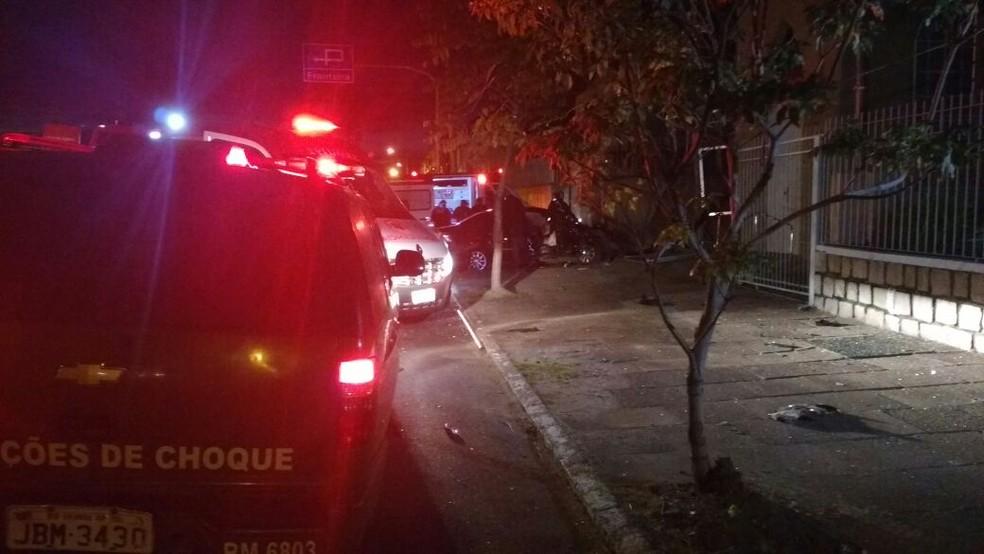 Carro onde estavam vítimas baleadas bateu em uma árvore após ser alvejado (Foto: Paulo Ledur/RBS TV)