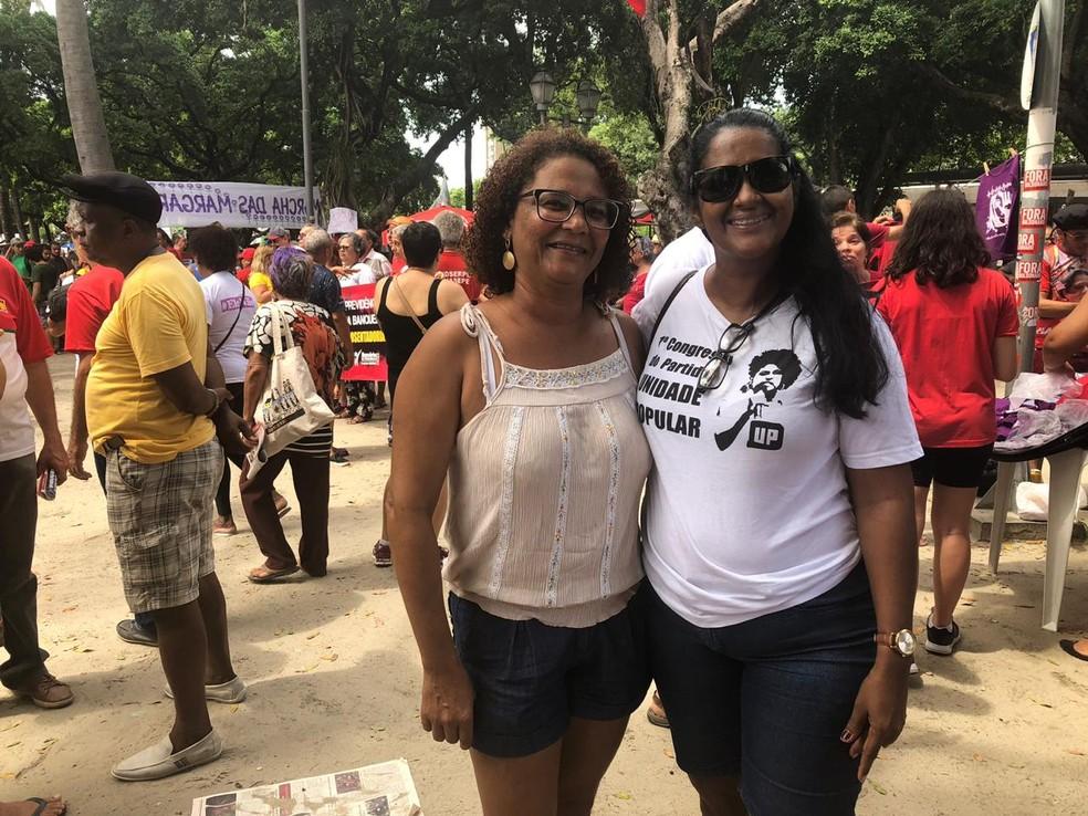 As professoras Rosilene Lopes e Shirleide Avelino participaram de ato do Dia do Trabalhador, nesta quarta-feira (1º), no Recife — Foto: Marina Meireles/G1