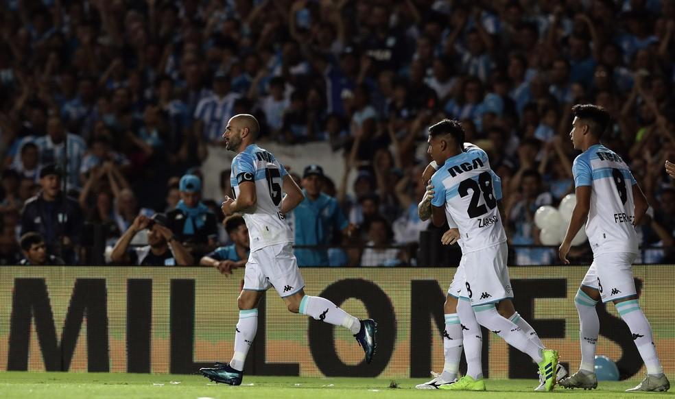 À esquerda, Lisandro López puxa a comemoração do gol do Racing — Foto: Alejandro PAGNI / AFP