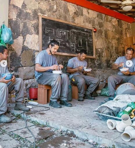 José Loreto almoça com os pedreiros da obra de sua casa (Foto: Reprodução Instagram)