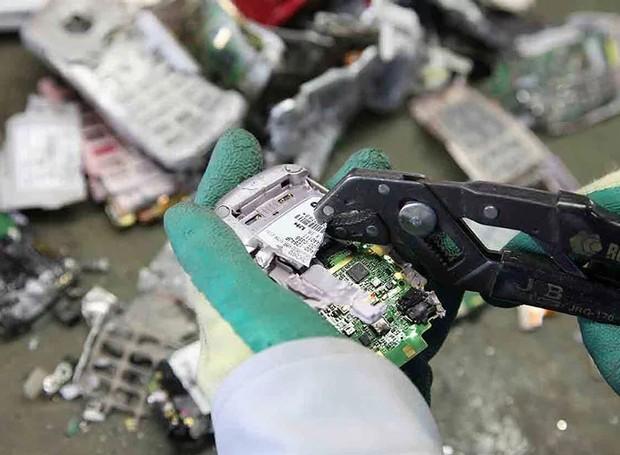 O lixo eletrônico foi doado pelos cidadãos japoneses e agora é separado por especialistas (Foto: tokyo2020.org/ Reprodução)