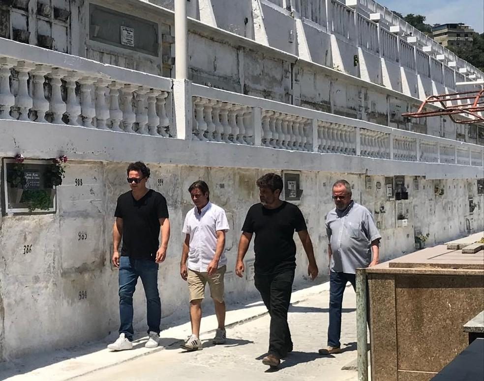 O ator Danton Mello e o ator e diretor Pedro Vasconcelos chegam ao velório de Caio Junqueira — Foto: Lívia Torres/ G1