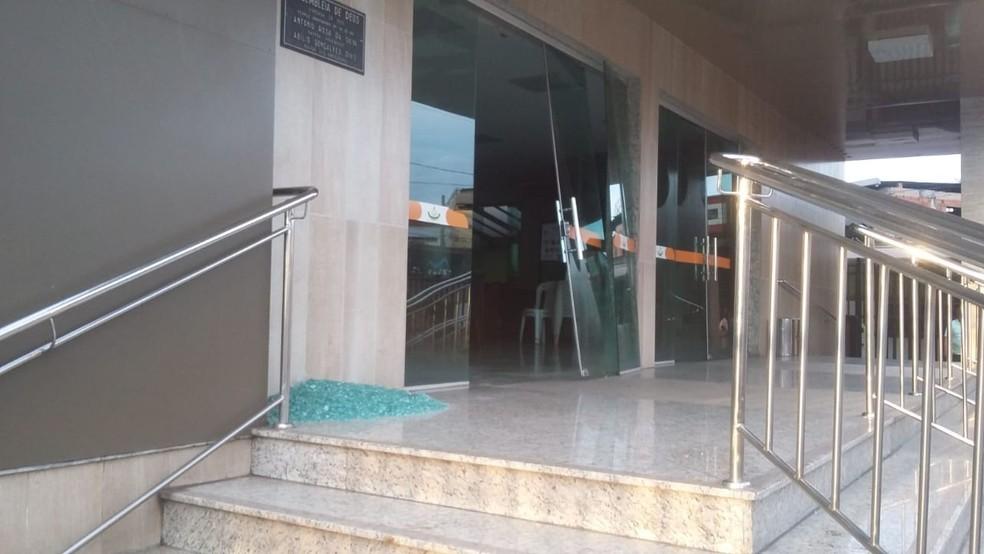 Vidro da porta de uma igreja caiu no Centro de Ipatinga por causa da explosão na Usiminas (Foto: Thatiane Moura/G1)