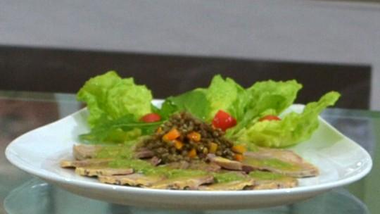 Carpaccio de Língua de Vitela com Lentilha e Salada Verde
