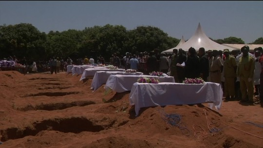 Parentes participam de velório coletivo na Tanzânia após naufrágio