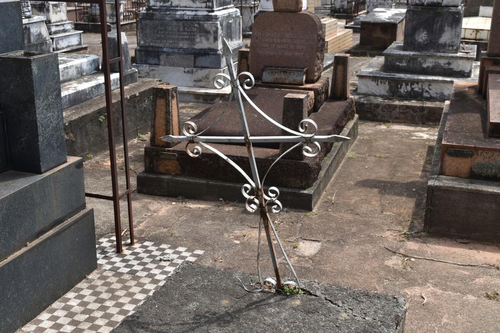Cruz de ferro simboliza túmulos mais antigos do cemitério — Foto: Rui do Amaral/G1