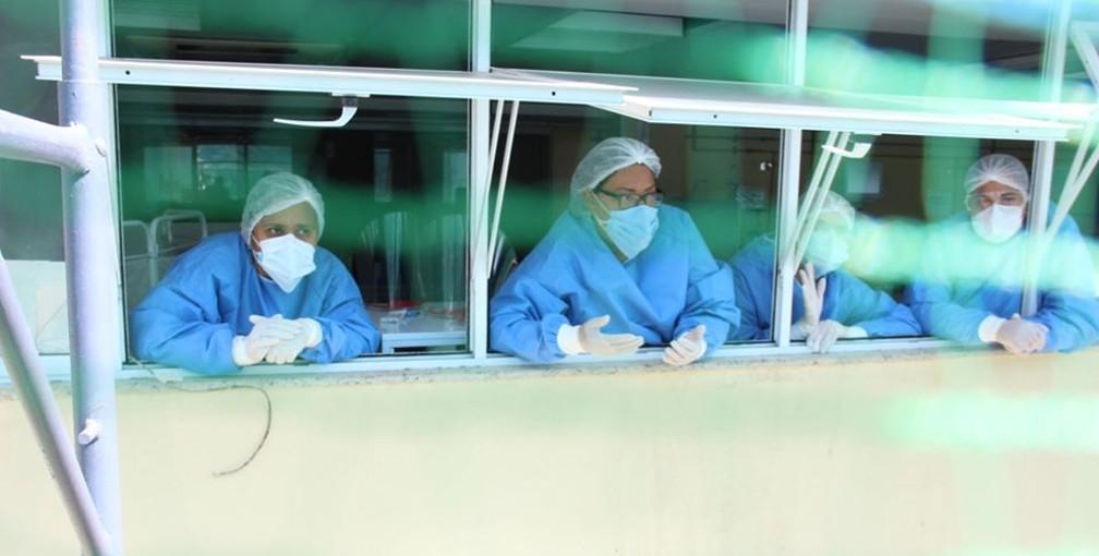 Profissionais de saúde na janela do Hospital Raul Sertã, em Nova Friburgo, Região Serrana do Rio (Arquivo)  — Foto: Divulgação/ Prefeitura Nova Friburgo