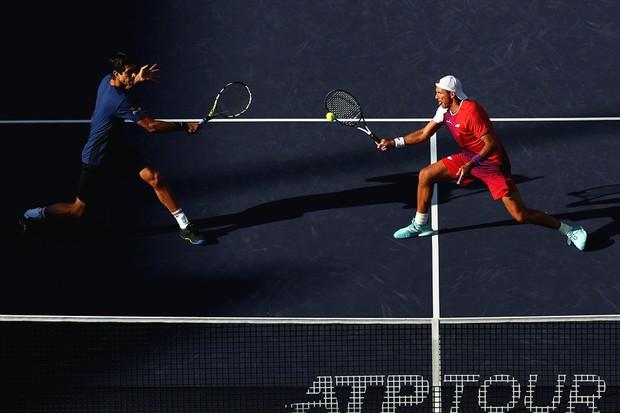 Marcelo Melo e seu parceiro de duplas Łukasz Kubot em ação (Foto: Yong Teck Lim / Getty Images)