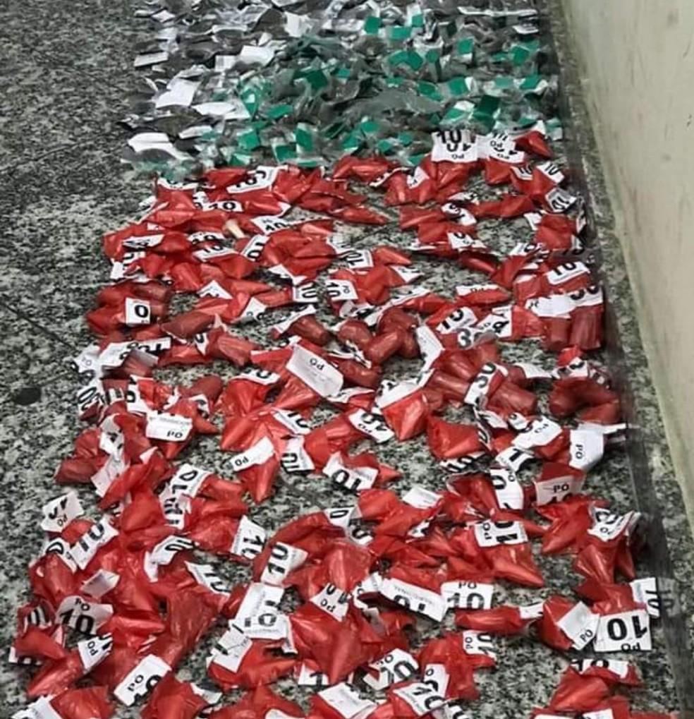 Drogas são apreendidas no bairro Samburá, no 2º distrito de Cabo Frio, no RJ — Foto: Divulgação/25ºBPM