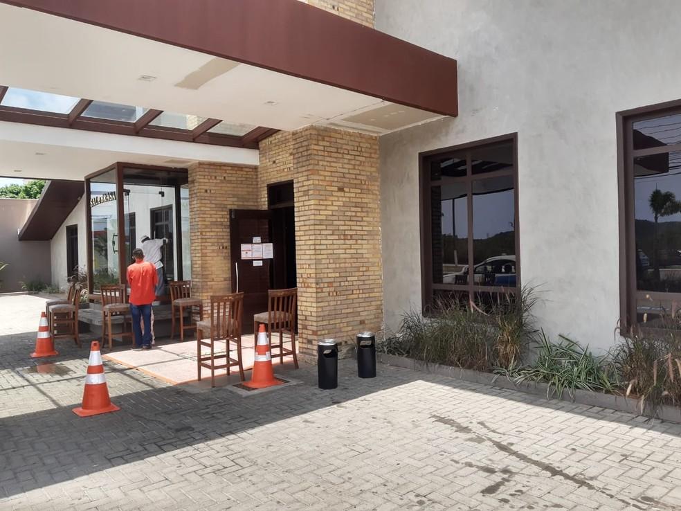 Restaurante segue decreto municipal e abre ao público em Natal — Foto: Lucas Cortez