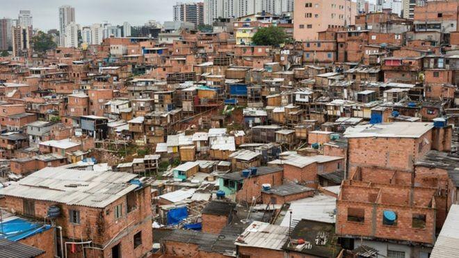 BBC: Oferta de serviços como aplicativos de entrega é limitada para moradores de favelas em diversas cidades do país (Foto: Getty Images/BBC)