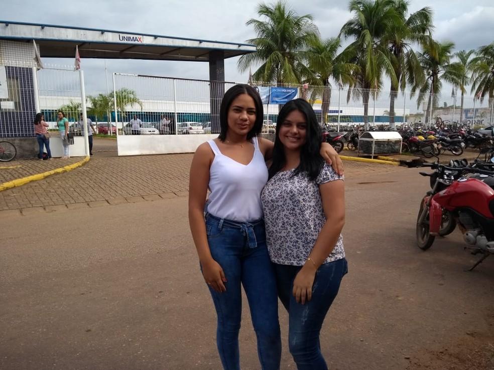Rafaely Matos e Gabrielle Lima, ambas de 18 anos, disseram que o tema da redação do Enem 2019 foi inesperado. — Foto: Jheniffer Núbia/G1