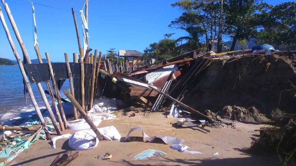 Mar arrastou o quiosque em Caraguá — Foto: Djalma de Oliveira