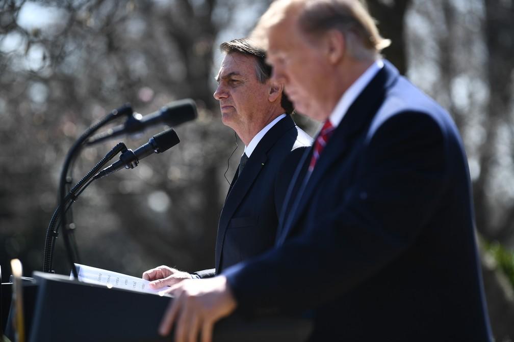 O presidente Jair Bolsonaro e o presidente dos EUA Donald Trump fazem declaração à imprensa durante conferência na Casa Branca, em Washington — Foto: Brendan Smialowski/AFP
