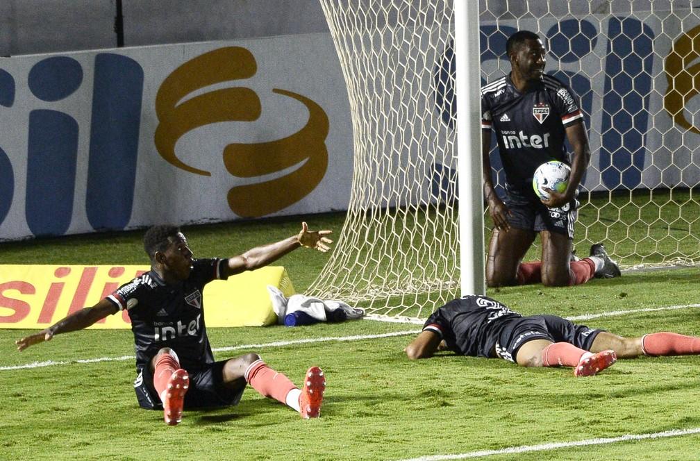São Paulo foi derrotado, mas manteve vantagem — Foto: Marcos Ribolli