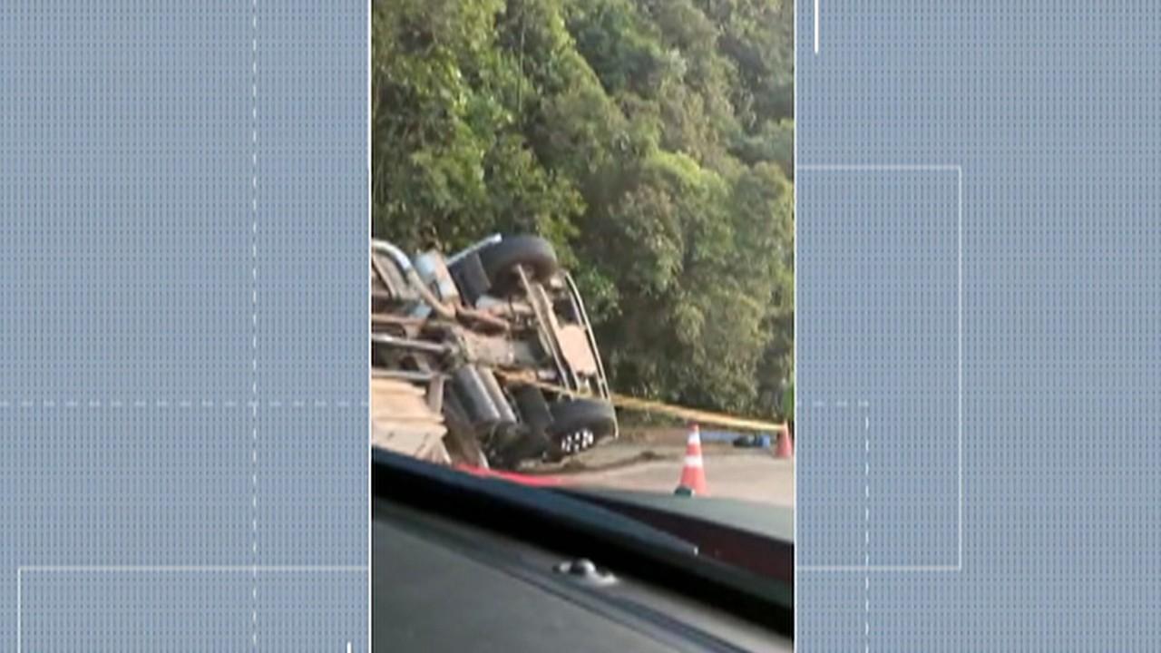 Caminhão carregado de tijolos tomba na Rodovia Mogi-Bertioga