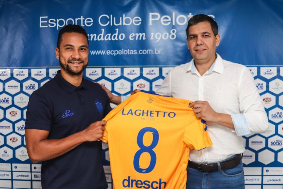 Anunciado pelo Brasil, Felipe Guedes foi apresentado no Pelotas — Foto: Tales Leal/DVG/Pelotas