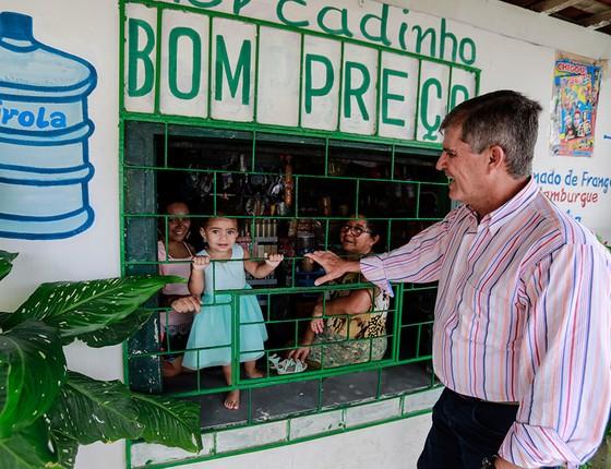 """Theophilo no corpo a corpo com eleitores no bairro de Cajazeiras, onde ocorreu a maior chacina da história do Ceará. Depois de dizer que era general e não político, ouviu de uma moradora: """"Então não se contamine, não, viu? Não vá ser um novo Temer!"""" (Foto: JARBAS OLIVEIRA/AGÊNCIA O GLOBO)"""