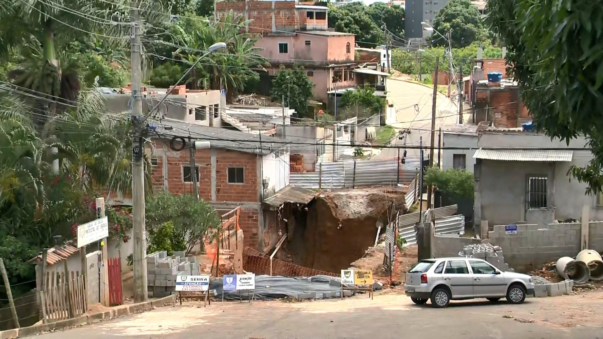 Famílias são obrigadas a sair de suas casas após cratera se formar na Serra, ES
