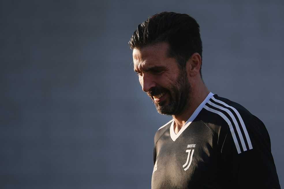 Buffon ganhou o carinho dos adversários antes da partida (Foto: MARCO BERTORELLO / AFP)