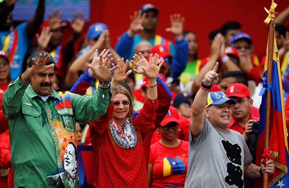 O presidente da Venezuela, Nicolás Maduro, realiza evento de campanha acompanhado de sua mulher, Cilia Flores, e do ícone argentino do futebol Diego Maradona em Caracas (Foto: Carlos Garcia Rawlins/Reuters)