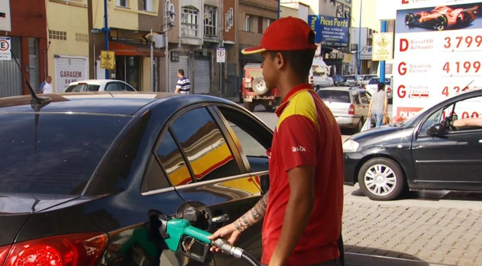 Postos de combustíveis registraram queda de 1,47% no preço da gasolina em Poços de Caldas (MG) (Foto: Marcelo Rodrigues)